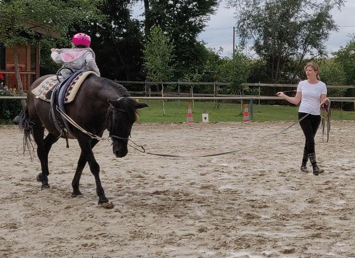 Kathi mit dem Huzulen Peppino beim Voltigiertraining mit den Kleinen am Hammerwiesenhof