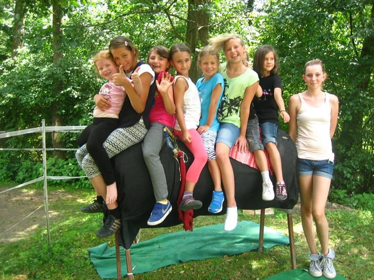 Gruppenbild am Tonnenpferd bei der Geburtstagsparty am Hammerwiesenhof